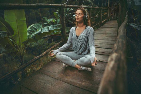 Yoga gegen Tinnitus: Naturgeräusche helfen beim Üben