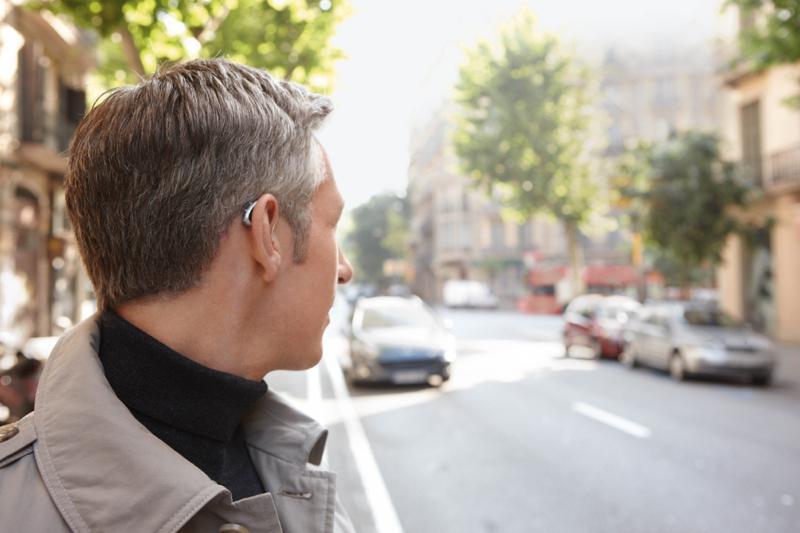 Ein Hörgerät macht Ohrgeräusche leiser